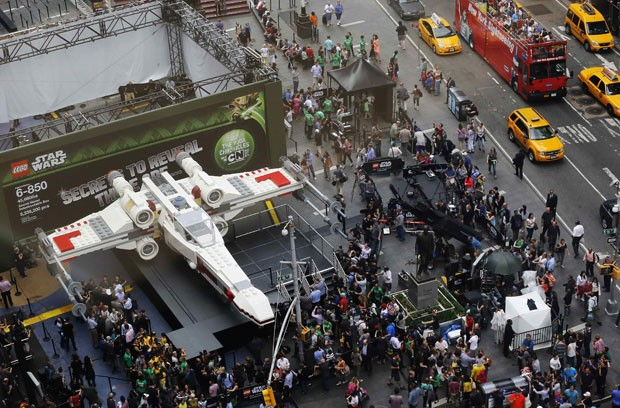Réplica em tamanho real de uma das naves da saga 'Star Wars' feita com legos foi exibida em NY (Foto: Shannon Stapleton/Reuters)