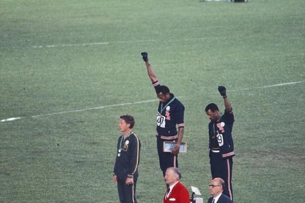 Tommie Smith, John Carlos e o gesto simbólico (Foto: Angelo Cozzi/Mondadori Publishers)