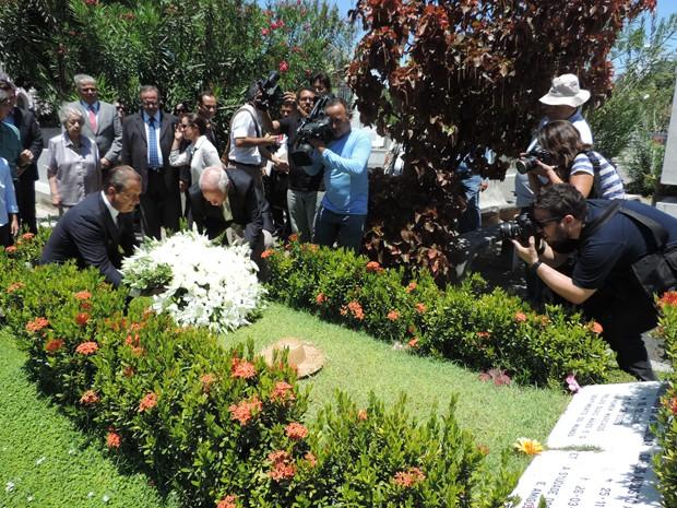 Flores são colocadas no túmulo do ex-governador Miguel Arraes. (Foto: Katherine Coutinho/G1)