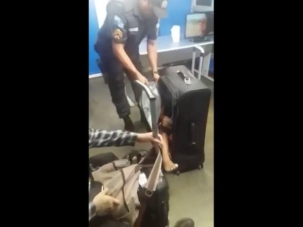 Menino foi retirado de uma mala na Rodoviária Novo Rio (Foto: Rodoviária Novo Rio/ Divulgação)