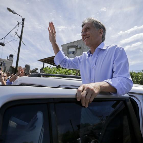 Mauricio Macri faz campanha na periferia de Buenos Aires (Foto: Victor R. Caivano/AP)
