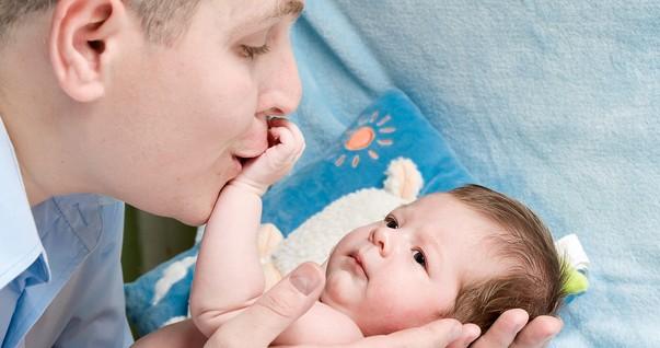 Pai segurando bebê recém-nascido  (Foto: Shutterstock)