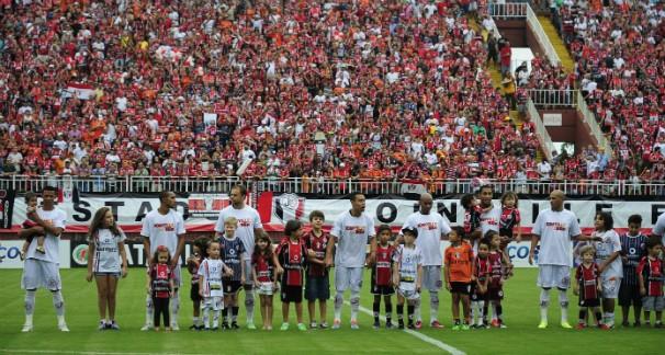 Jogadores do Joinville autografaram suas camisetas e as distribuíram para torcedores (Foto: Nilson Bastian/Divulgação)