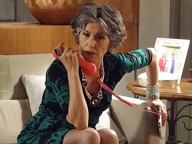Melissa não consegue descobrir o paradeiro de Amparo (Foto: Amor Eterno Amor/TV Globo)