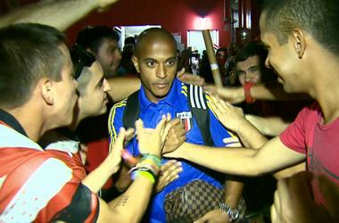 Serginho atacante Botafogo-SP torcida (Foto: Fábio Júnior / EPTV)