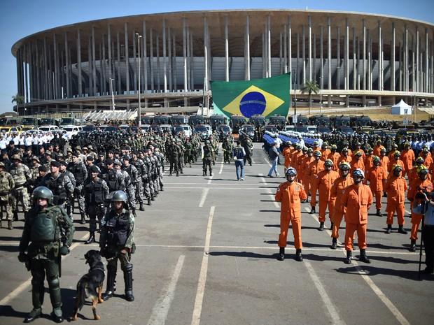 Militares em frente ao Estádio Nacional durante apresentação das forças de segurança para a Olimpíada (Foto: Andre Borges/Agência Brasília)