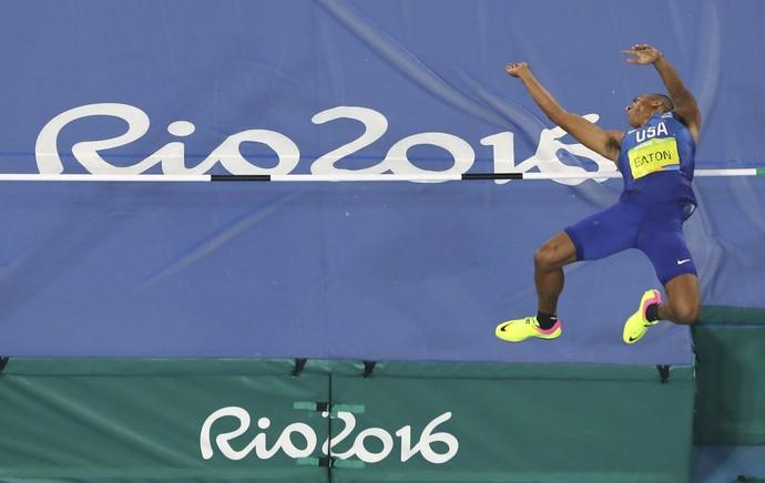 Ashton Eaton salto em altura decatlo (Foto: Reuters)