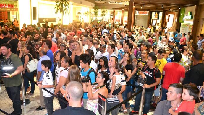 Público na sessão de autógrafos UFC Porto Alegre (Foto: Marcelo Barone)