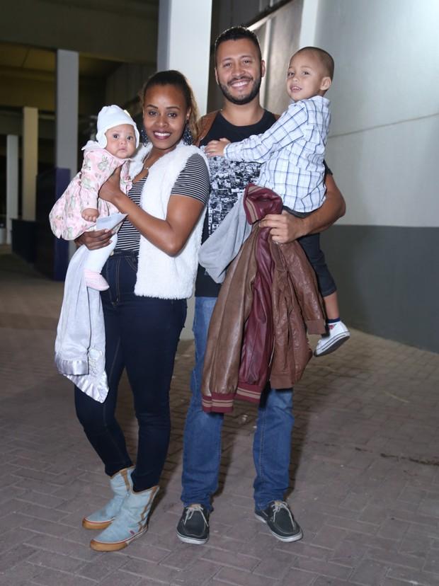 Roberta Rodrigues com a filha, Linda Flor, o namorado, Guilherme Guimarães, e o enteado (Foto: Anderson Borde/AgNews)