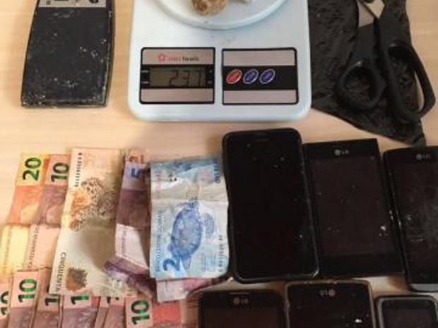 Drogas e produtos roubados foram encontrados na casa do suspeito acusado por tráfico de drogas em Tucumã. (Foto: Ascom/PC)
