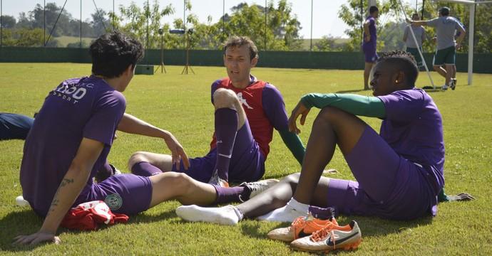 Colombiano Castro interagindo com jogadores bugrinos (Foto: Vinícius Bueno)