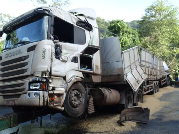 Carreta derrubou soja na rodovia Cônego Domênico Rangoni (Foto: Roberto Strauss/G1)