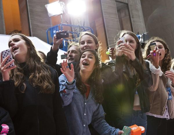 Fãs do One Direction fotografaram show da banda em Nova York nesta terça-feira (13) (Foto: Andrew Burton/Reuters)