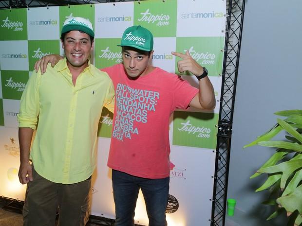 Bruno De Luca e Thiago Rodrigues em festa na Zona Oeste do Rio (Foto: Marcello Sá Barretto/ Ag. News)