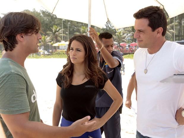 Nanda e Lombardi ouvem as instruções do diretor Adriano Mello (Foto: Salve Jorge/TV Globo)