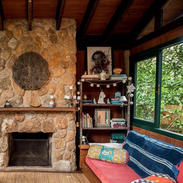 A sala de TV, com sofá de Carlos Motta (Foto: Deco Cury)