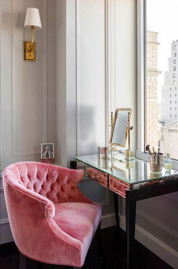 Décor do dia: penteadeira espelhada com poltrona de veludo rosa (Foto: Divulgação)