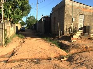 Região Sudeste sofre com esgoto a céu aberto em Divinópolis (Foto: Reprodução/TV Integração)