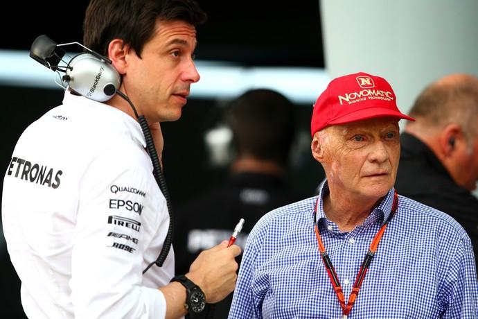 Toto Wolff, chefe da Mercedes, e Niki Lauda, diretor não-executivo da equipe, na Malásia (Foto: Getty Images)