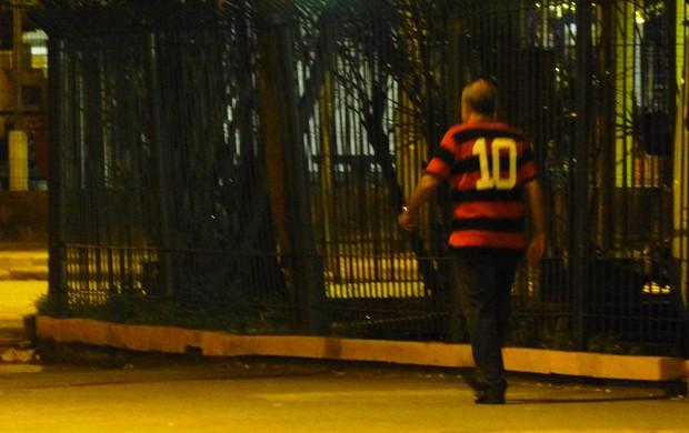 Bandeira de Mello sozinho pela rua (Foto: Vicente Seda / Globoesporte.com)