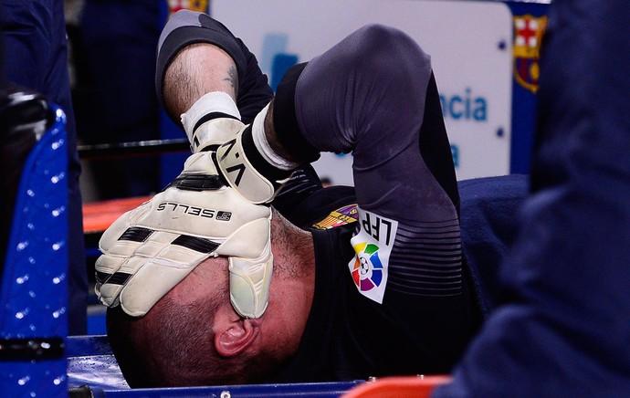Victor Valdes Lesão Barcelona x Celta de Vigo (Foto: AP)