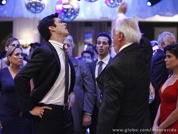 César perde o controle e bate no filho no meio da festa (Foto: Amor à Vida/TV Globo)