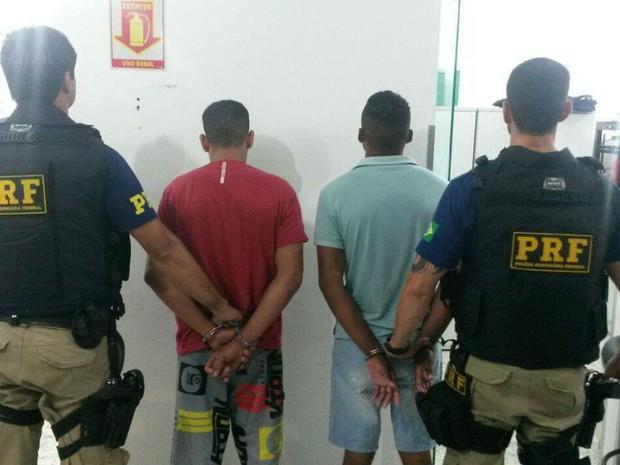 Jovens foragidos da Justiça detidos pela PRF em Juiz de Fora (Foto: Polícia Rodoviária Federal/Divulgação)