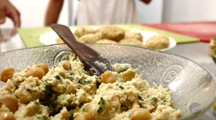 Com um único ingrediente como o grão-de-bico é possível criar muitas receitas saudáveis (Foto: reprodução EPTV)