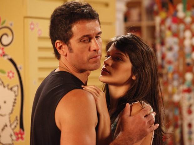 Carolina tenta beijar Ulisses, mas ele vira a cara para ela (Foto: Guerra dos Sexos / TV Globo)