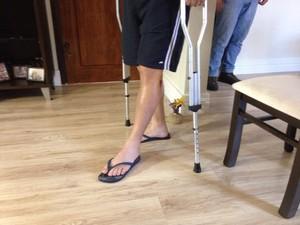 Comerciante baleado em Cubatão, SP, precisa de muletas para andar (Foto: Cássio Lyra/G1)