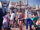 Danielle Favatto posa de shortinho durante viagem à Disney