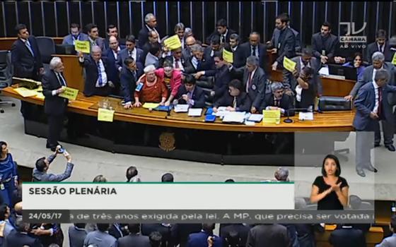 Transmissão de sessão plenária na TV Câmara (Foto: Reprodução)