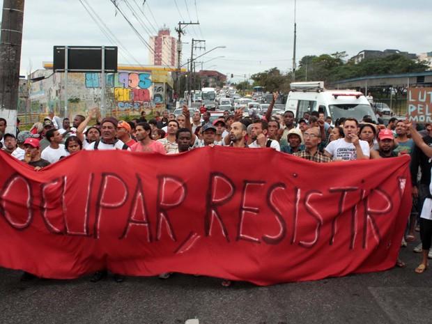 Grupo de Sem-Teto protesta na Avenida Belmira Marin, região do Grajaú, na zona sul de São Paulo, SP, na manhã desta segunda-feira (4), contra uma possível reintegração de posse de um terreno na região.  (Foto: Luiz Claudio Barbosa/Futura Press)