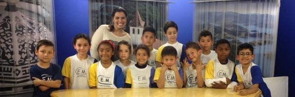 Professora e alunos conheceram os estúdios da TV Diário (Foto: Reprodução / TV Diário)