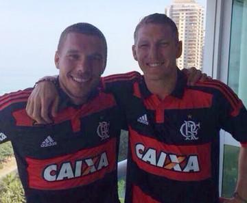 Schweinsteiger e Podolski alemanha camisa flamengo (Foto: Reprodução)