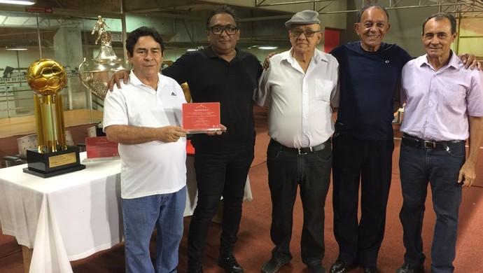 Marcelo Altino e ex-presidente do Rio Branco, Sebastião Alencar, homenagens (Foto: Rio Branco FC/Divulgação)
