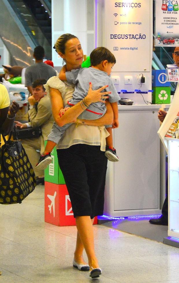 Luana Piovani com o filho no aeroporto (Foto: William Oda / AgNews)