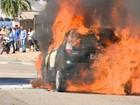 Carro pega fogo em Jardim da Penha (Reprodução/ TV Gazeta)