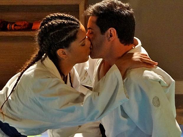 No tatame! Dinha beija Inácio depois de um treino (Foto: Cheias de Charme / TV Globo)