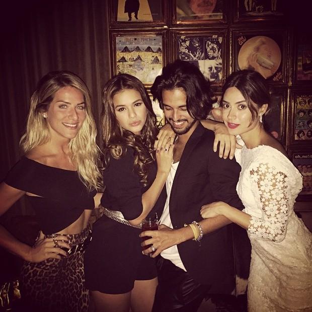 Giovanna Ewbank, Bruna Marquezine, fotógrafo André Nicolau e Thaila Ayala em festa na Zona Sul do Rio (Foto: Instagram/ Reprodução)