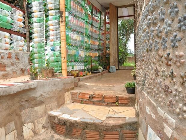 Galeria 8 - Casa construída com garrafas pet e pneus em Campo Grande MS (Foto: Fernando da Mata/G1 MS)