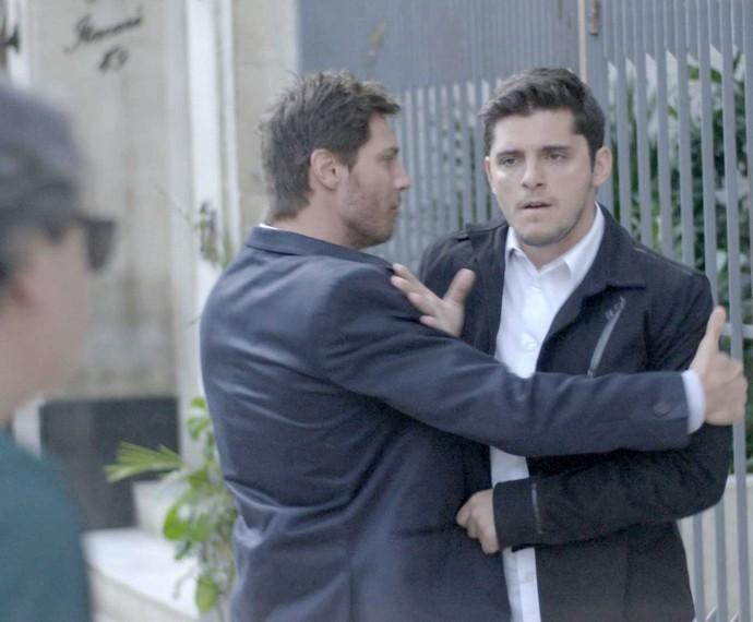 Pedro aparta briga de Guto e Rafael (Foto: TV Globo)