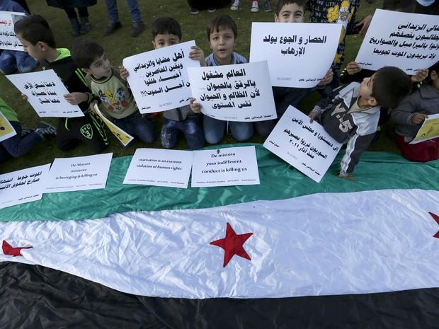 Crianças sírias participam de manifestação pelo fim do cerco às cidades de Madaya e Zabadani, em frente ao escritório das Nações Unidas em Beirute, no Líbano, em 26 de dezembro (Foto: Reuters/Jamal Saidi)