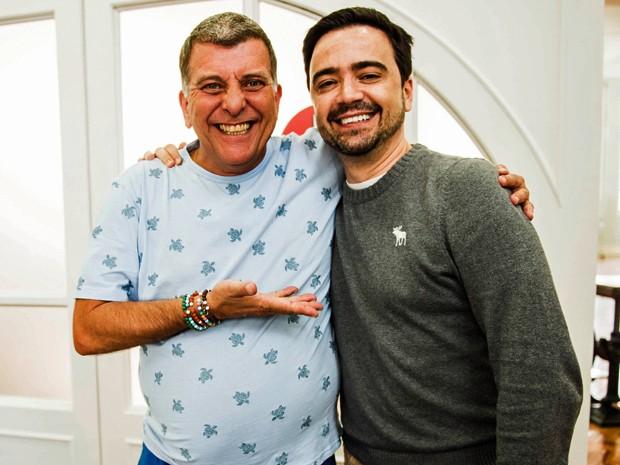 Jorge Fernando recebe a visita do autor Daniel Ortiz no set de gravação de Alto Astral (Foto: João Miguel Junior/ TV Globo)