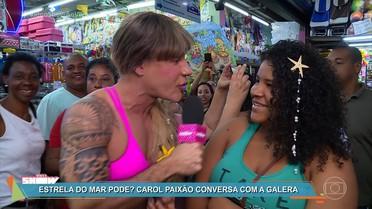 Carol Paixão testa acessório que faz a cabeça de Ritinha