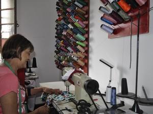 Depois de perder tudo, costureira optou por trabalhar em 2º andar de prédio em Poços (Foto: Lúcia Ribeiro/G1)