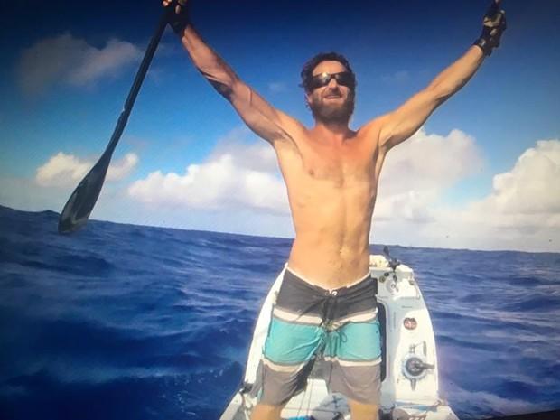 Chris comemora o feito histrico: primeiro homem a cruzar o Atlntico sozinho em um SUP (Foto: Reproduo/Facebook)