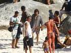 Chay Suede grava 'Novo mundo' em praia do Rio