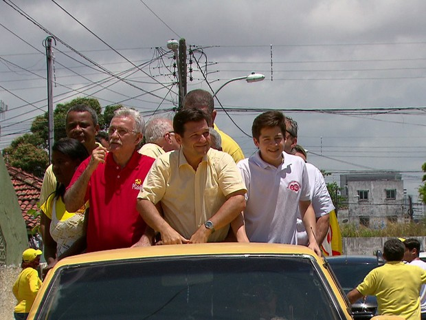Candidato Geraldo Julio (PSB) circulou em carro aberto pela comunidade do Coque, no Recife (Foto: Reprodução/TV Globo)