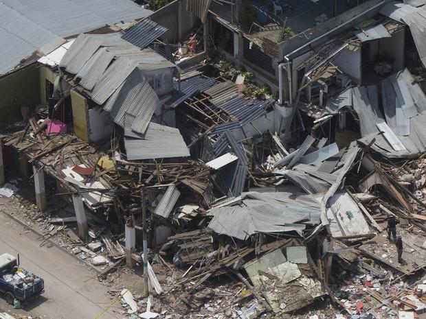 Vista aérea mostra casas destruídas pelo terremoto em Bahia de Caraques, no Equador (Foto: Rodrigo Abd/AP)